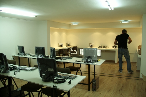 הקומה העליונה הוסבה לכיתת לימוד שבה אזור הרצאות ואזור הלחמות.