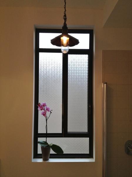 החלון הגדול מחליף שני חלונות קטנים שהיו כאן קודם. גוף תאורה תוכנן בדיוק במרכזו. (ביצוע: אלום פז, חולון)