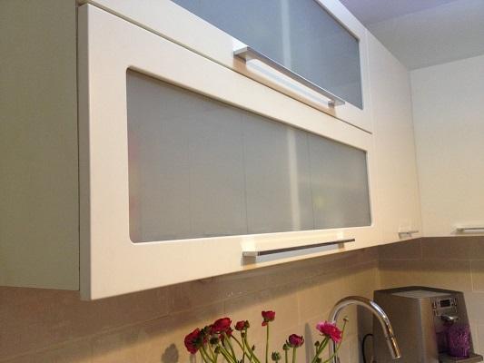 2 קלאפות בשילוב זכוכית חלבית מכסות את הארונות הפתוחים ויוצרות תחושת עדכניות.