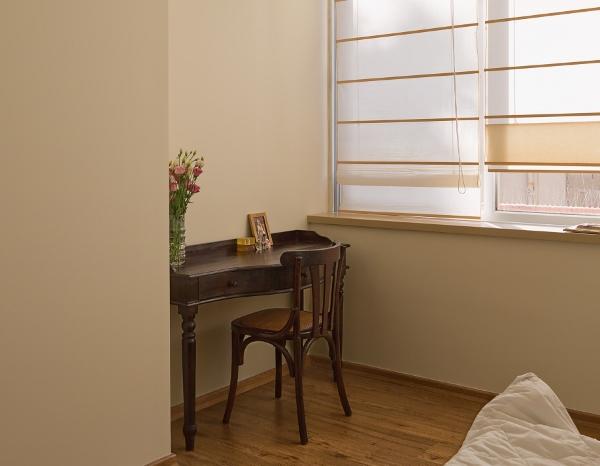שולחן איפור בנישה יעודית בחדר השינה. המיקום שתוכנן במחשבת תחילה לא מפריע למעברים בחדר.