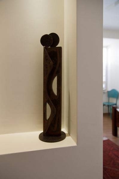 פסל אהוב מואר בנישה בכניסה לחדר שינה הורים
