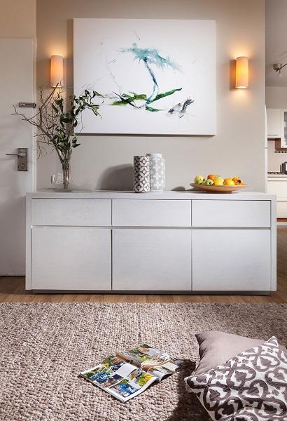 שידה לבנה מהדירה הקודמת משמשת כעת כרהיט כניסה עם מקום למפתחות, מכתבים ותיקים